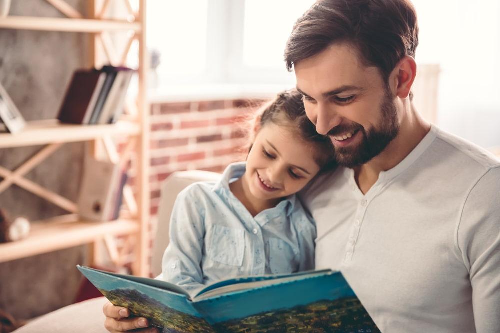 Un père aide sa fille avec la compréhension en lecture