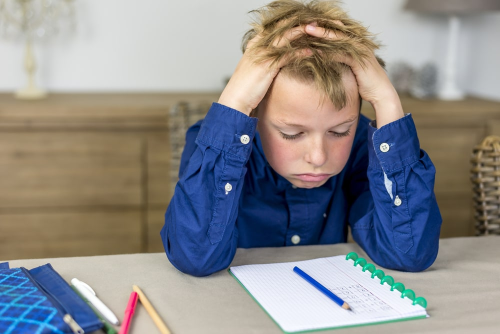 Un jeune avec un trouble d'apprentissage