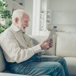 Un aîné avec une perte cognitive fait une vidéoconférence