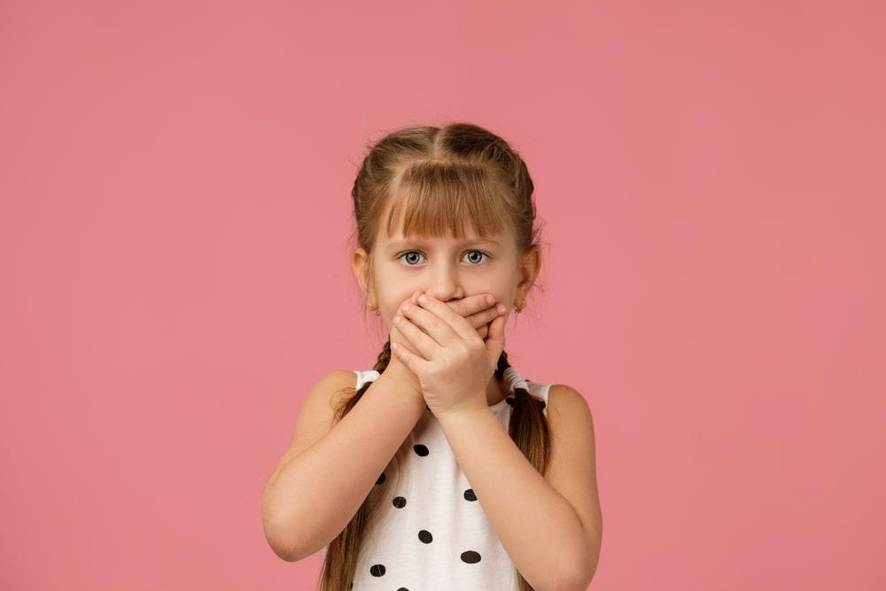 Une fillette fait du mutisme sélectif
