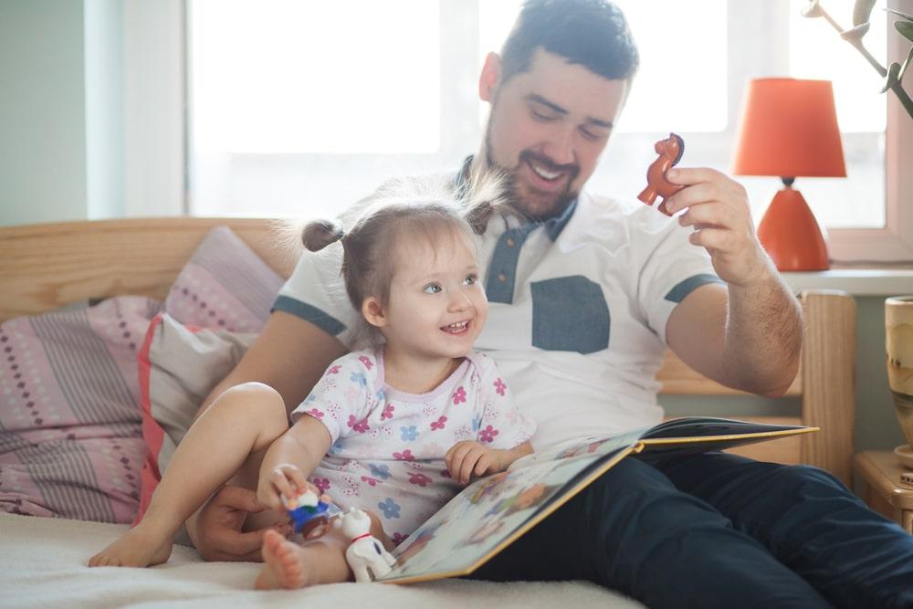 Un papa aide sa fille pour le développement du discours narratif