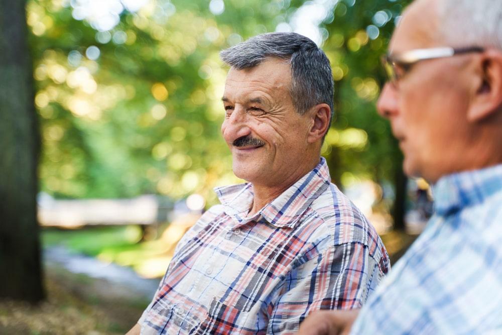 un homme âgé avec la maladie de Parkinson